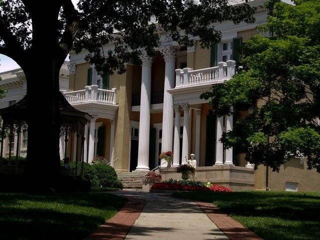 a Nashville building with Corinthian columns, perhaps one of the celebrity homes in Nashville